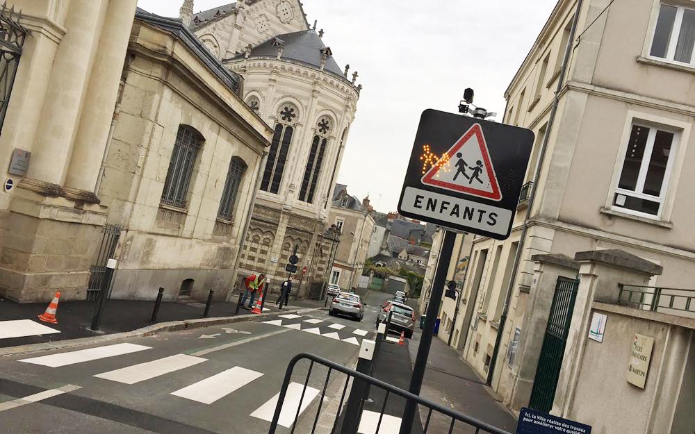 """Les passages piétons de l'école maternelle Saint Martin à Angers et le panneau lumineux """"Attention école"""""""
