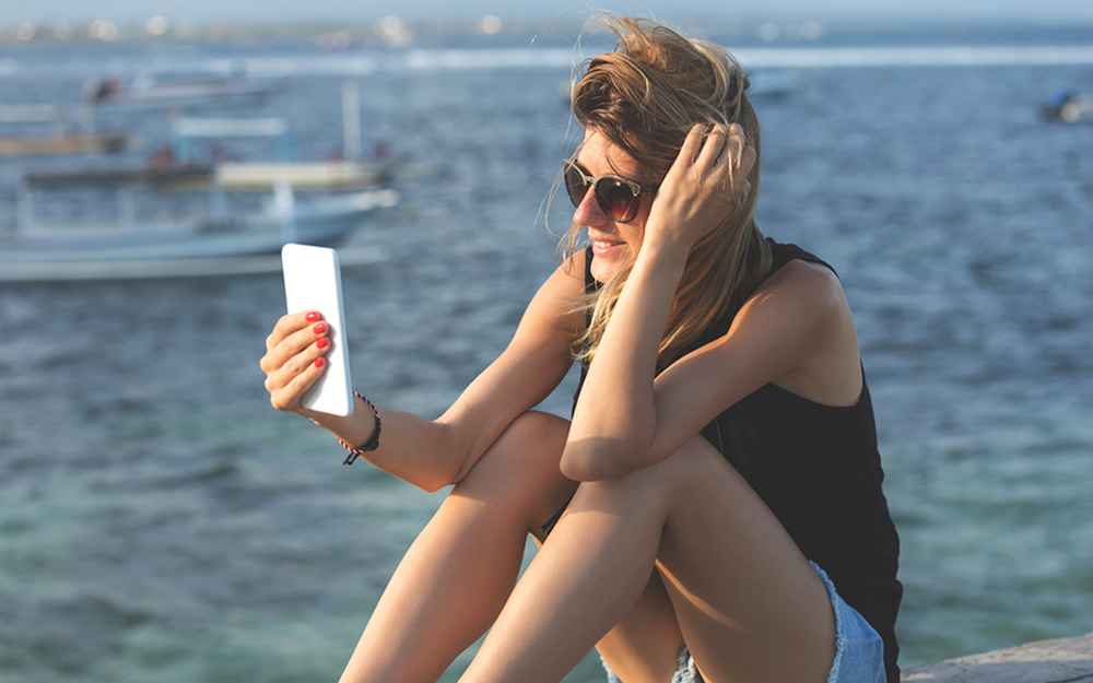 Votre téléphone mobile vous suit partout, même en vacances (© supparsorn - Fotolia.com)