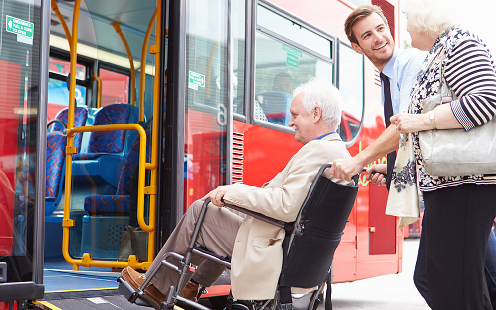 Aider et accompagner les personnes à mobilité réduite est un acte citoyen qui facilite l'inclusion. (photo Monkey Business)