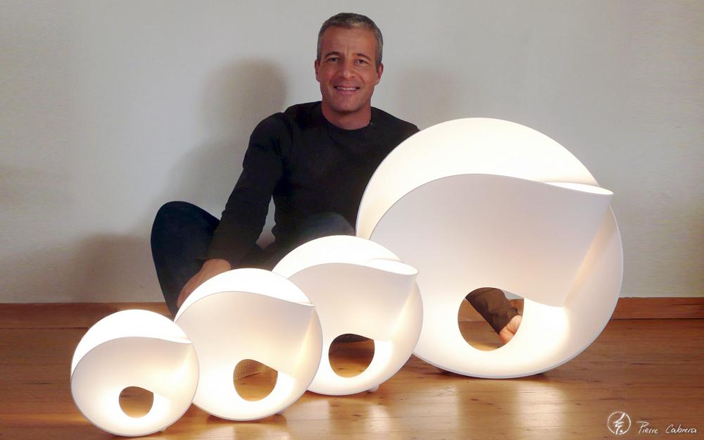 Le designer Toulousain Pierre Cabrera avec l'une de ses réalisation (Photo Pierre Cabrera