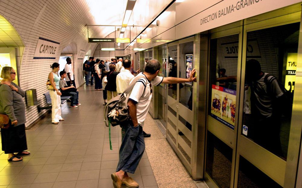 Voyageurs attendant le métro à la station Capitole (Photo 20 Minutes)