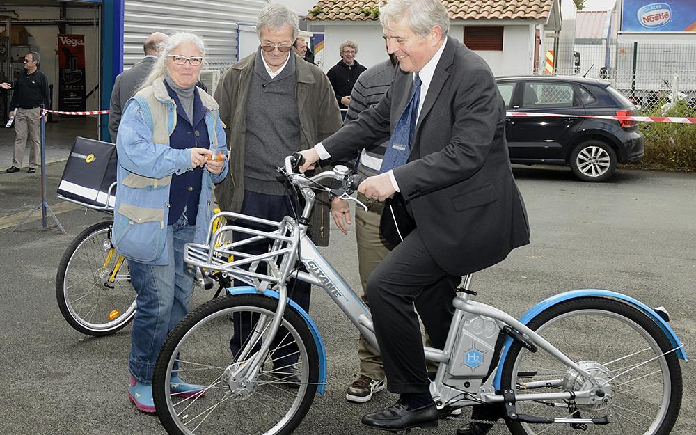 Un vélo à hydrogène de la marque Gitane, essayé par le maire de Biarritz Michel Veunac (Photo Pragma Industries)