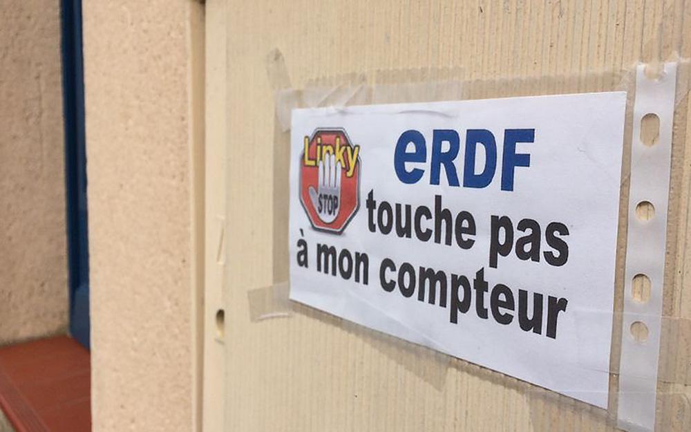 Une affiche posée par un opposant, qui n'a pas encore intégré le changement de nom d'ERDF, dans un collectif (Photo France Bleu)