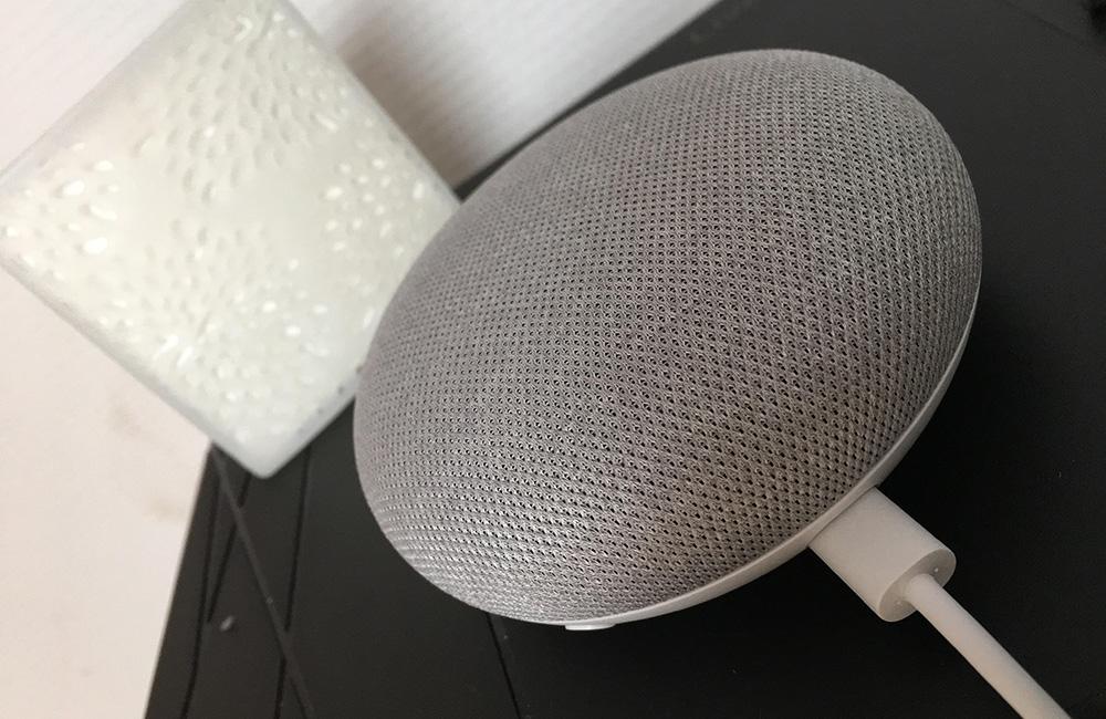La petite enceinte connectée Google Home Mini