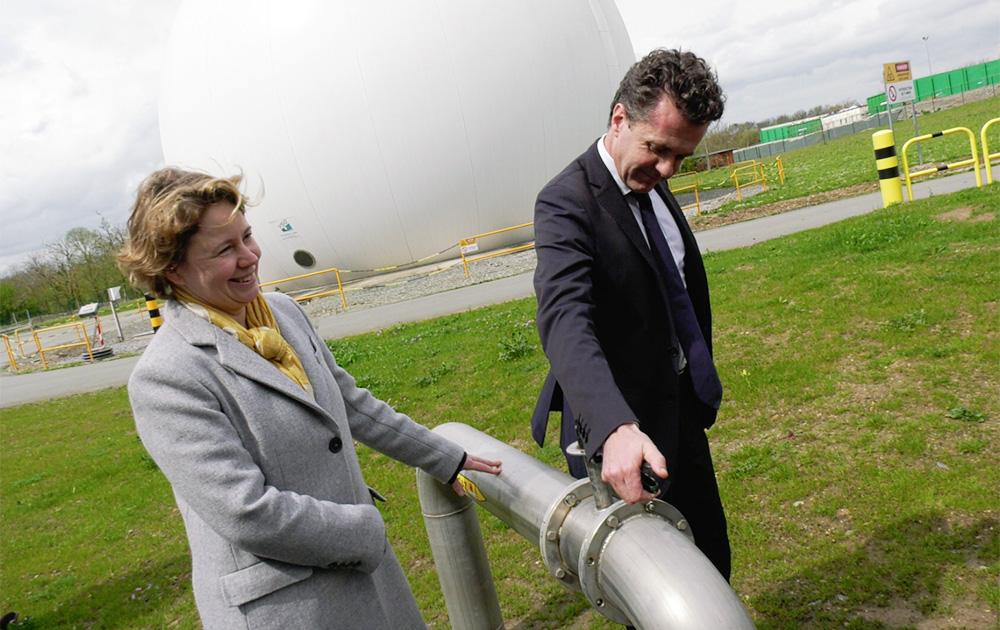 Christelle Rougebief, Directrice Clients-Territoires de GRDF en région Ouest et Christophe Béchu, Président d'Angers Loire Métropole et Maire d'Angers, actionnent la vanne qui permet de mettre en service l'injection du biogaz dans le réseau de gaz naturel.