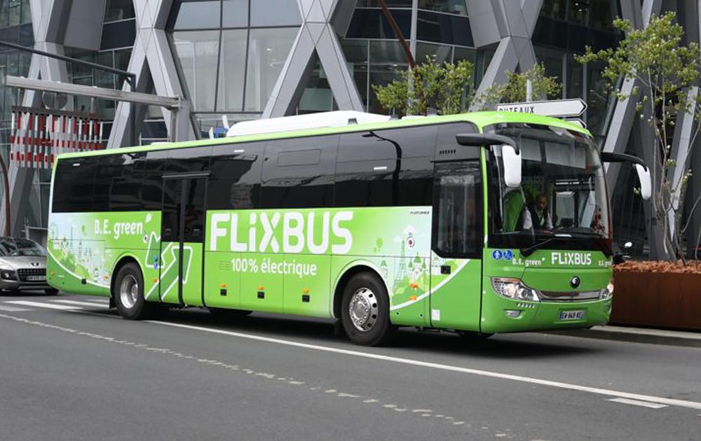 L'un des deux bus assurant la liaison entre Paris et Amiens (Photo Défense 92)