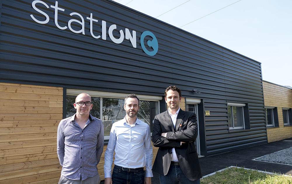 De gauche à droite : S. Jehanno, S. Gabarra et I. Bignonet (manque E. Brault), les fondateurs de EI2S, la société qui gère Station C, devant leurs locaux