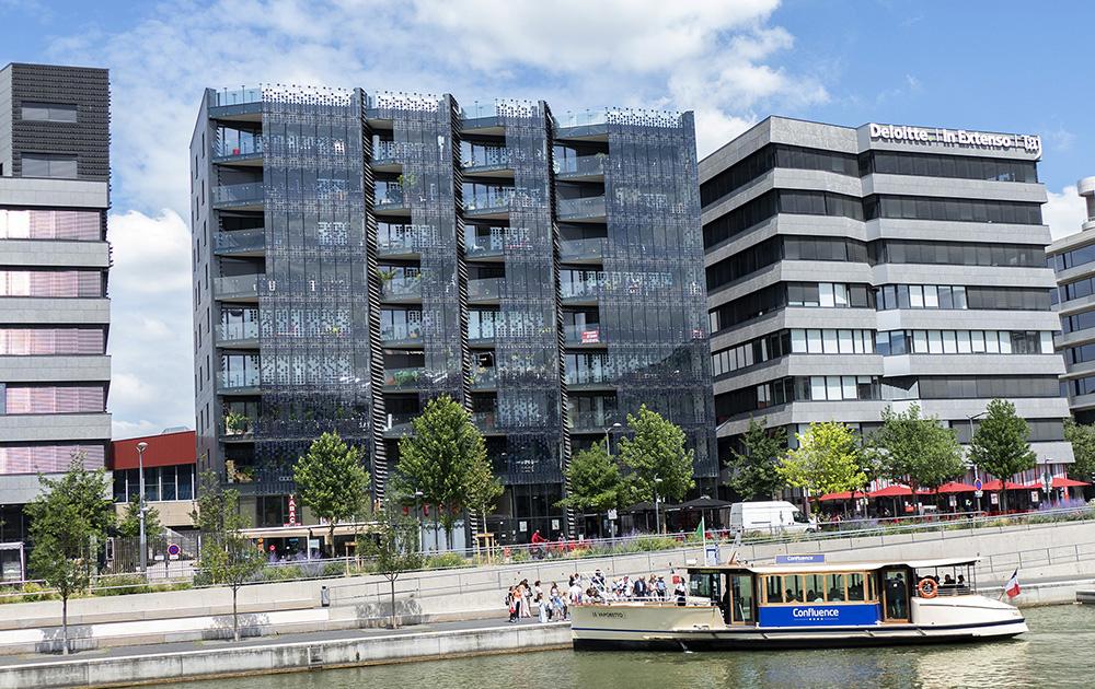 Hikari, le premier îlot urbain à énergie positive du quartier de la Confluence et le vaporetto qui permet d'acheminer des voyageurs vers le centre historique de Lyon, via la Saône.