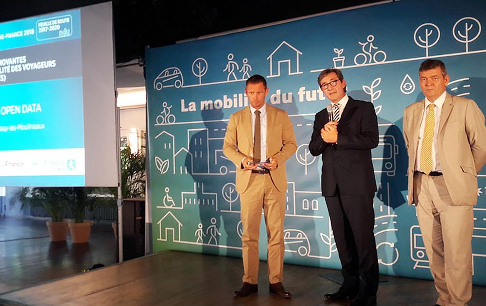Stéphane Beaudet, vice-Président de la Région Ile-de-France en charge des Transports a remis le trophée à Olivier Rigoni, maire-adjoint d'Issy-les-Moulineaux, et Eric Legale, directeur général d'Issy Média (Photo So Digital)