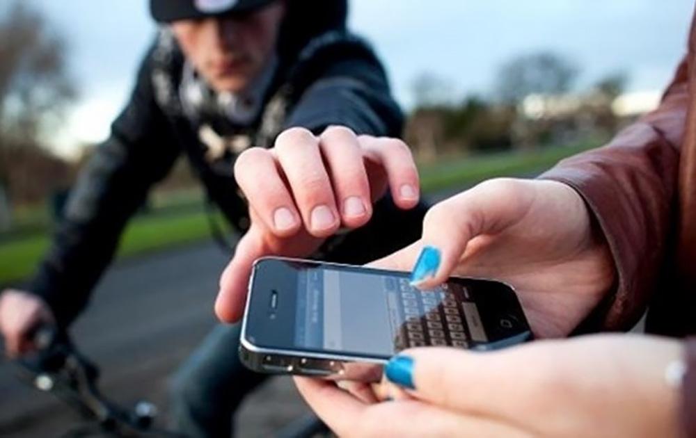 Attention lorsque vous utiliser votre smartphone dans la rue (photo CNET France)