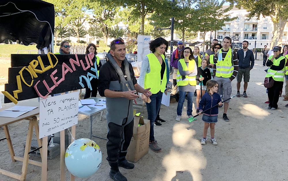 Pascal Réveillon et Charlotte Baranger expliquant le déroulement de la journée aux angevins mobilisés pour l'occasion.