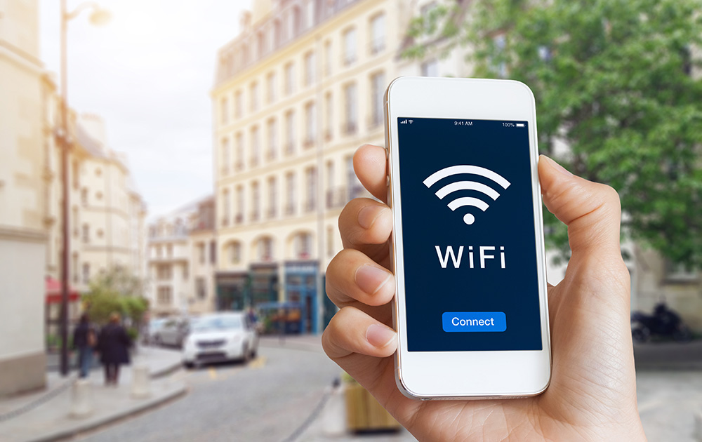 Avec PETITJEAN, Qos Telecom et Ruckus Wireless, le WiFi public a de beaux jours devant lui (Photo Adobe Stock)