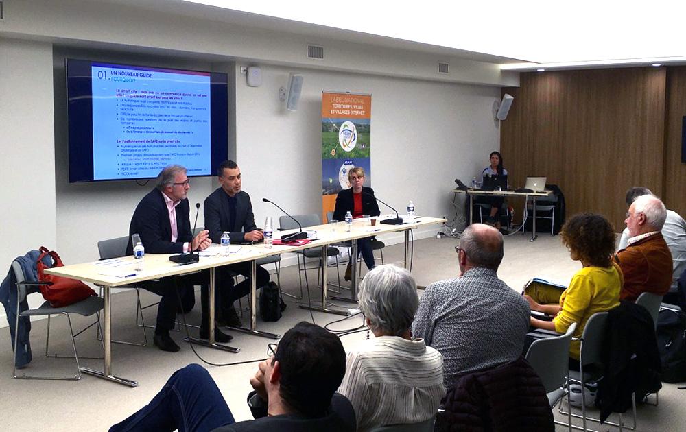 La rencontre organisée par l'Association des Villes Internet, le 27 septembre dernier. Présentation du Guide de la Smart City (Photo AVI)