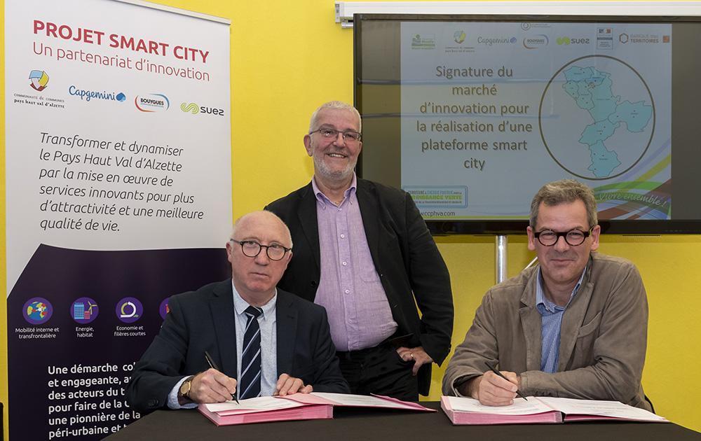 e gauche à droite: André Parthenay, Président de la Communauté de Communes Pays Haut Val d'Alzette,Patrick Risser, Vice-Président en charge du projet àlaCCHPVA, Pascal Hoguet, Directeur du Centre d'Excellence Smart City de Capgemini, lors de la Signature du partenariat d'innovation (Photo copyright/CCPHVA)