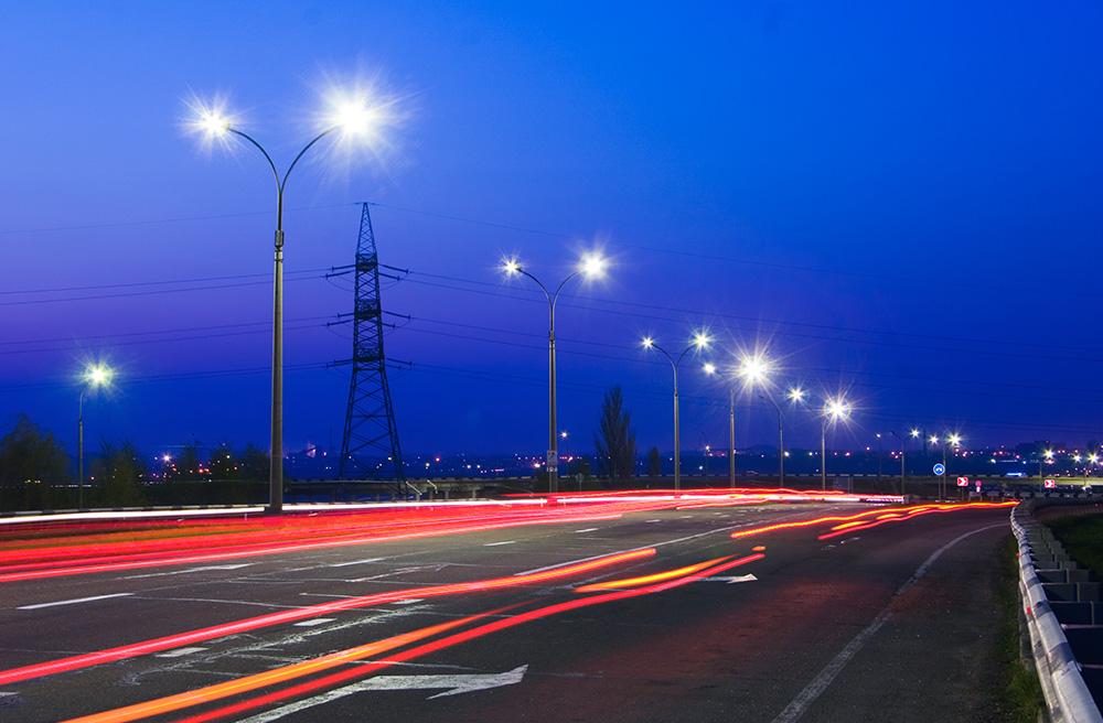 L'éclairage à LEDs, économe en énergie, s'allumant en fonction des besoins, et géré à distance, c'est la solution pour la ville intelligente (photo Adobe Stock)