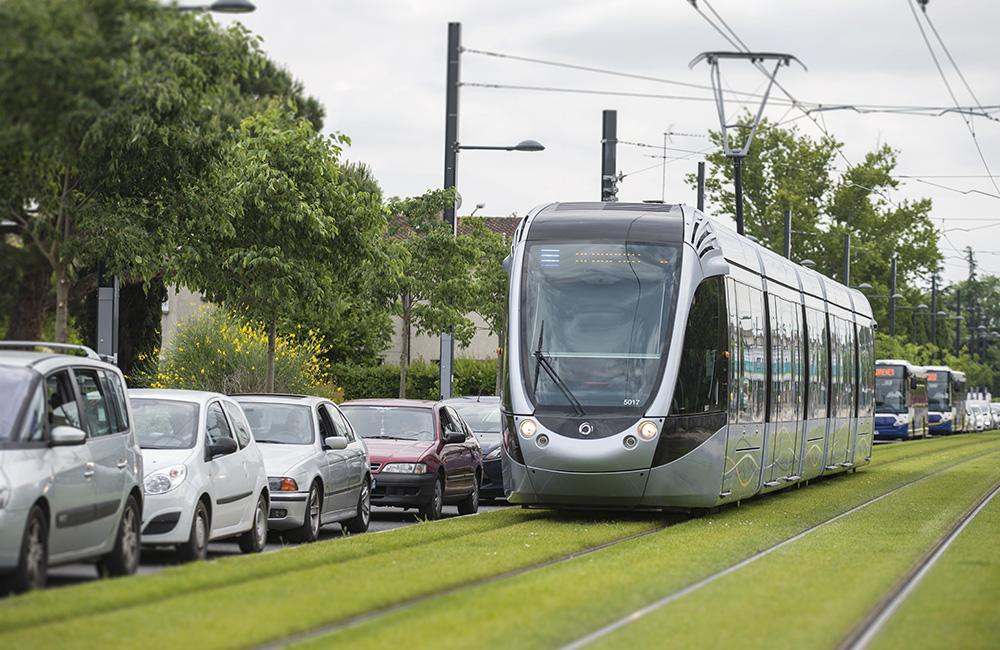 Le tramway s'impose dans de nombreuses villes, en mode gratuit ou payant (Adobe Stock Photos)