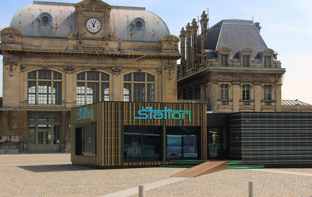 La gare de Saint-Omer et le pavillon de présentation du projet installé sur le parvis (Photo La Voix du Nord)