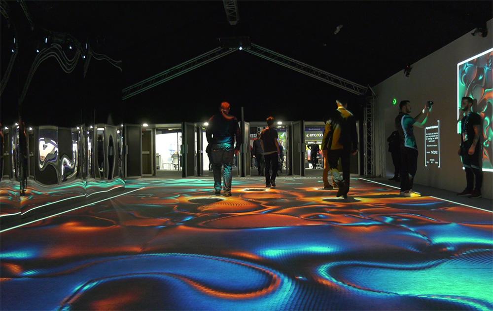 « Augmenta Expérience » :  un espace immersif et interactif utilisant la technologie de suivi Augmenta et le système de particules KAPPS, dans lequel les visiteurs passaient pour aller d'une partie à l'autre du salon. Les murs et le sol étaient interactifs. Designed by Théoriz
