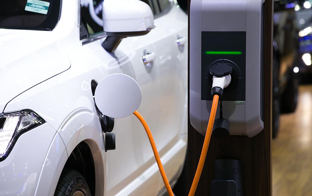 Des disparités géographiques subsistent, les points de recharge se concentrant surtout en milieu urbain (Photo Adobe Stock)