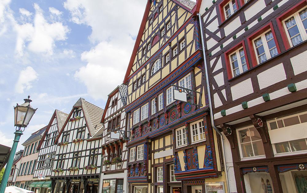 Une rue historique de Bad Münstereifel, transformée en galerie marchande à ciel ouvert (Photo Adobe Stock)