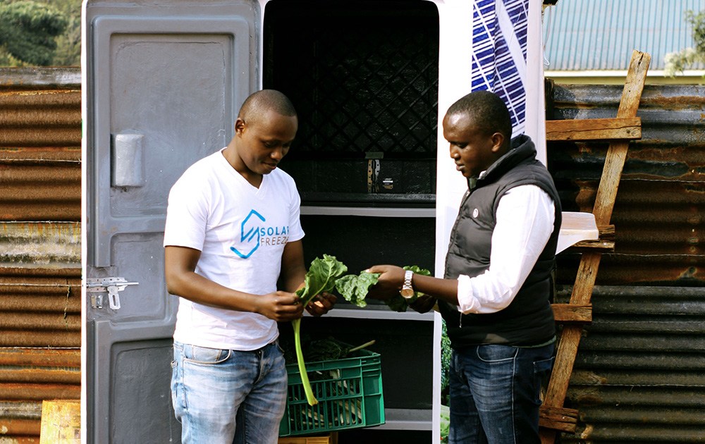 Dysmus Kisilu discutant avec un producteur de légumes au Kenya (photo Kenya Climate Innovation Center)