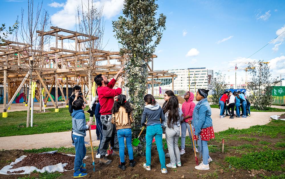 Une végétalisation entreprise avec les habitants du quartier, ici les enfants des écoles (Photo SPL Lyon Confluence)