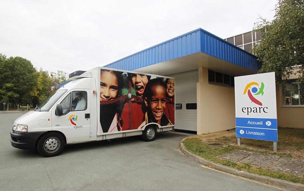 Un camion de distribution de Cuisine et Papillote (ex EPARC) assurant la distribution des repas aux écoliers angevins (Photo Thierry Bonnet - service communication Ville d'Angers)