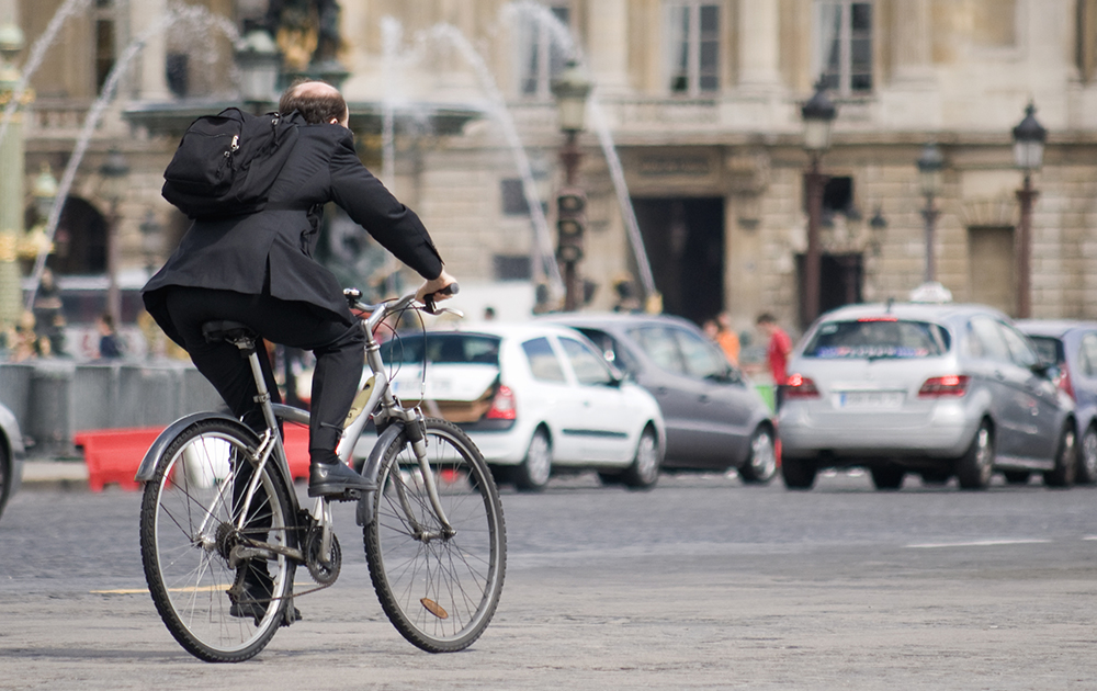 Un vélo au milieu du flot de voiture, place de la Concorde, à Paris (Photo Adobe Stock)