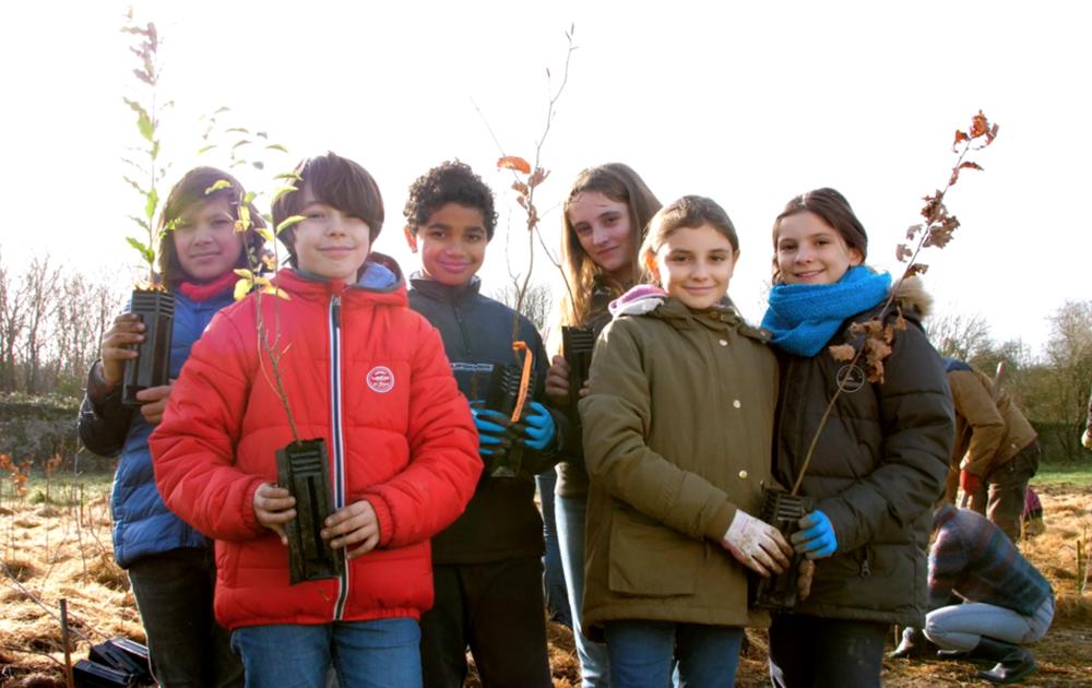 A l'Abbaye de Villeneuve (Nantes) les enfants s'investissent dans leur avenir en participant à la première micro forêt initiée par Jim et Stéphanie (Photo MiniBigForest)