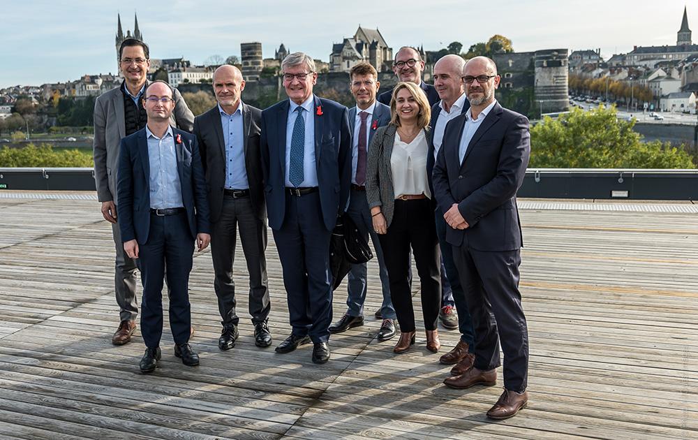 Les représentants du consortium piloté par Engie Solutions en compagnie de Jean-Marc Verchère et Michel Perrinet.