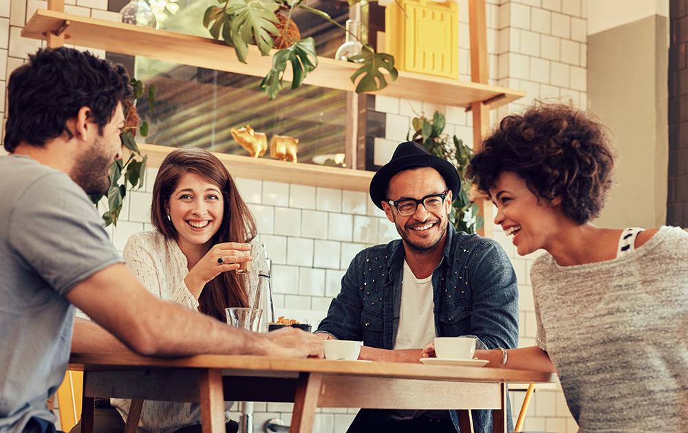 Un petit café entre voisins, rien de mieux pour commencer à tisser des liens (Photo Adobe Stock)