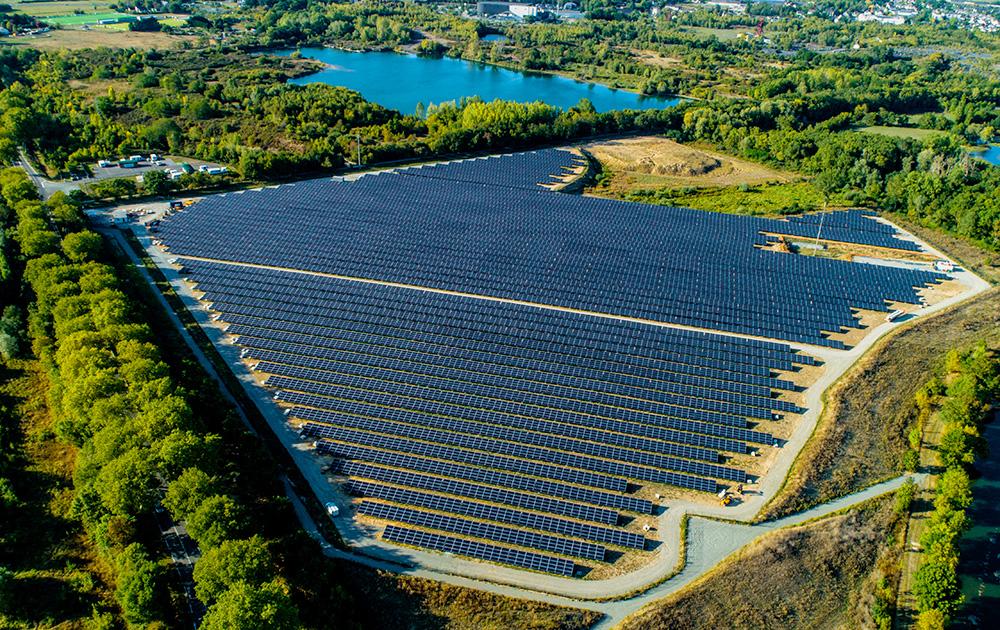 La ferme solaire coté sud avec vue sur le lac du puit Napoléon (Trélazé) (photo drone A l'Ouest Images)