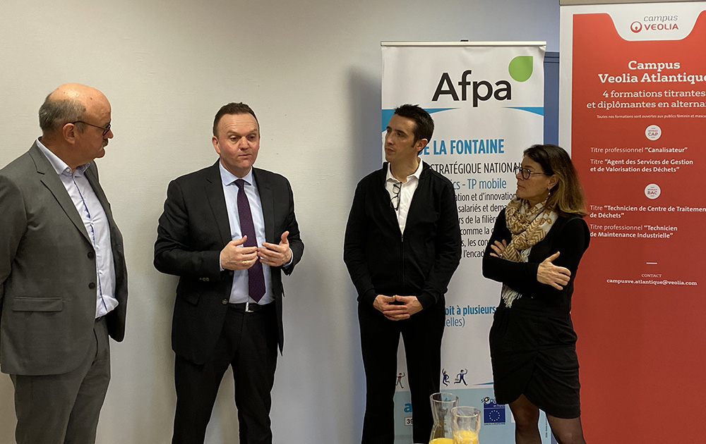 Dirigeants de l'AFPA, entourant MM. Martin et Boudaud, Région des Pays-de-La-Loire et Veolia
