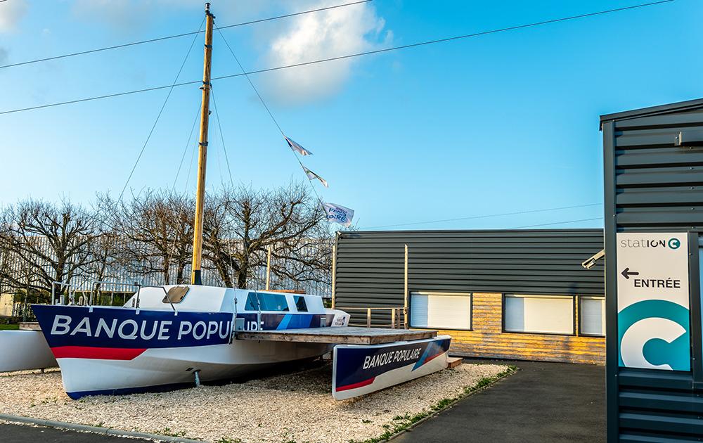 le trimaran installé à proximité du tiers-lieu station C à Saint Bathélemy d'Anjou (49)