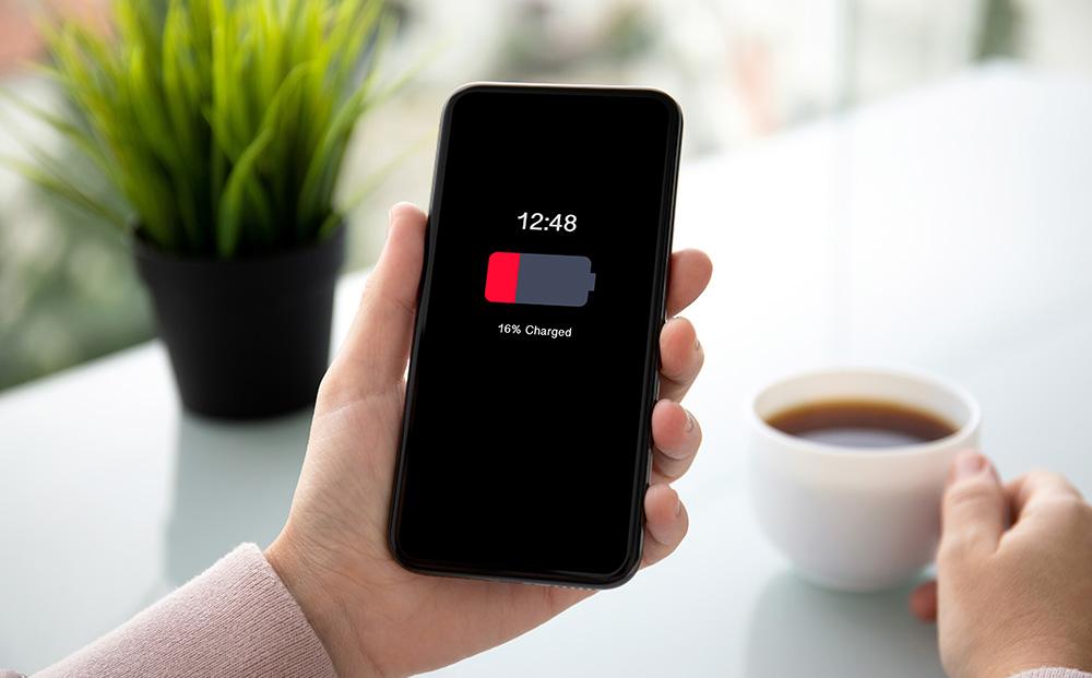 Une batterie déchargée et c'est parfois le drame pour les accrocs du smartphone (photo d'illustration Adobe Stock)