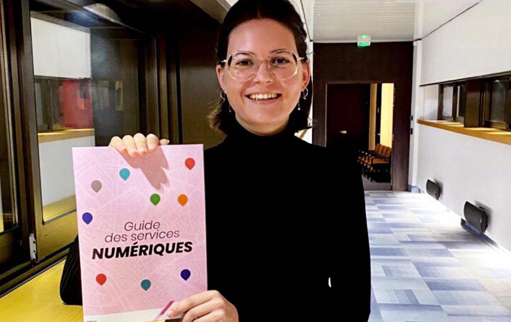 Constance NEBBULA présentant le fameux guide en version papier (Photo Ville d'Angers - Facebook CN)