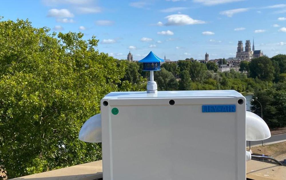 Le capteur de Lify Air, installé sur le toit d'un ensemble immobilier (photo Lify Air)