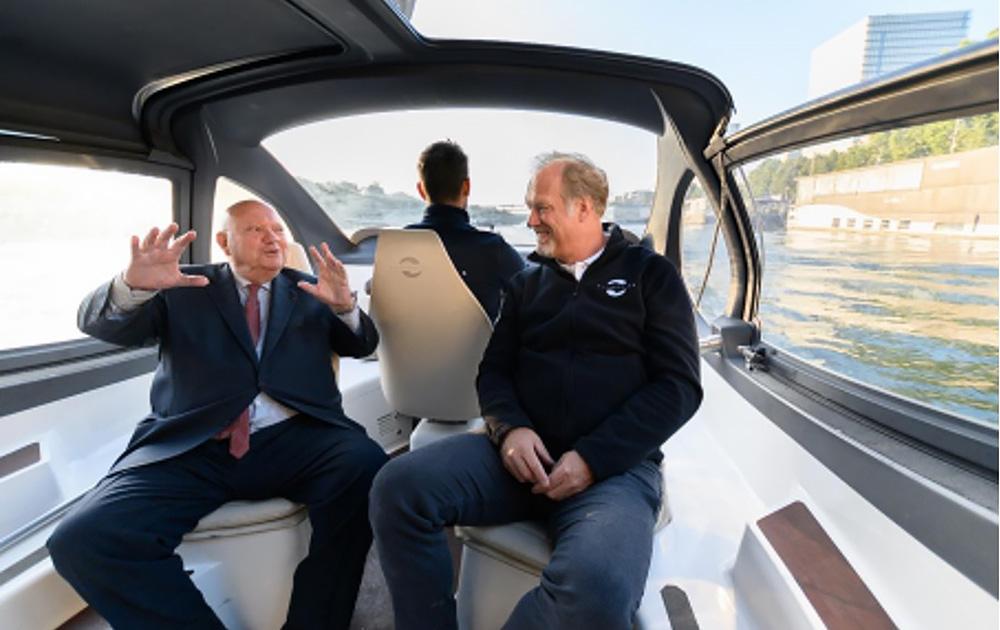 Le maire d'Issy-les-Moulineaux lors des essais du SeaBubble sur la Seine, en 2019 (Photo Ville d'Issy)