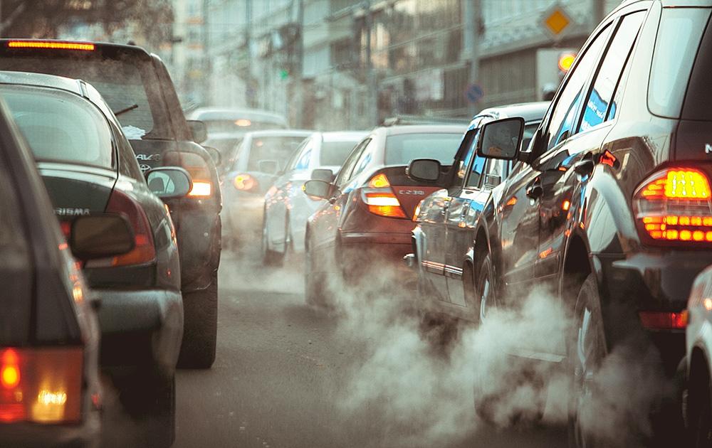 Faire un geste pour la planète en adaptant sa conduite en fonction de la météo et de la pollution (Photo Adobe Stock)