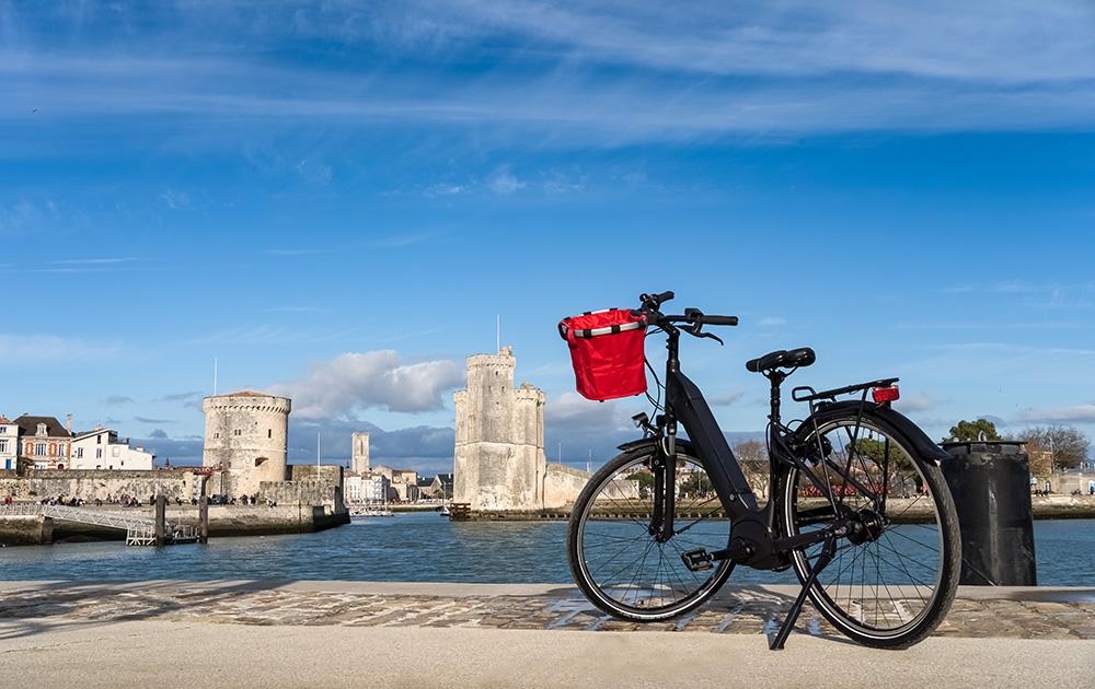 Qu'il soit prêté par la ville et l'agglo, ou pas, le vélo est roi à La Rochelle depuis 45 ans (Photo Adobe Stock)