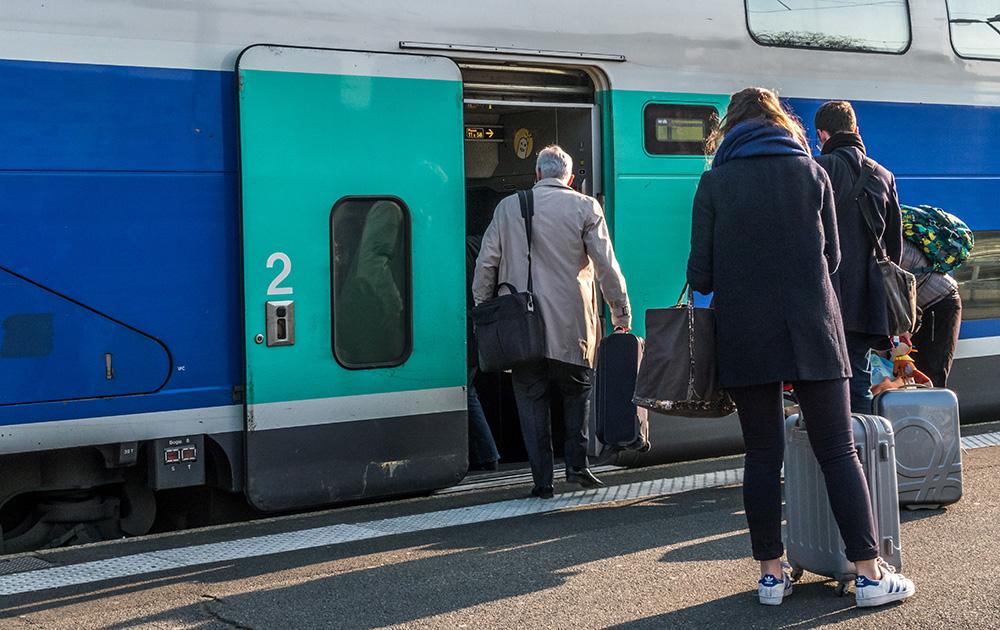 Le train, moyen de transport plasticité par les Français pour leurs voyages sur l'ensemble du territoire (Photo Adobe stock)