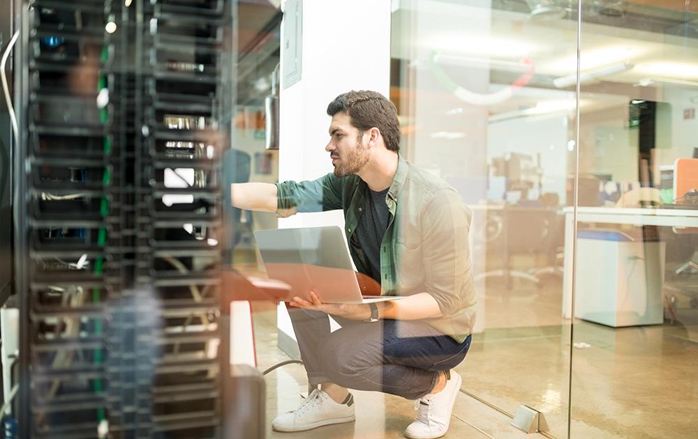 Un administrateur réseau dans un datacenter français (photo d'illustration Adobe Stock)