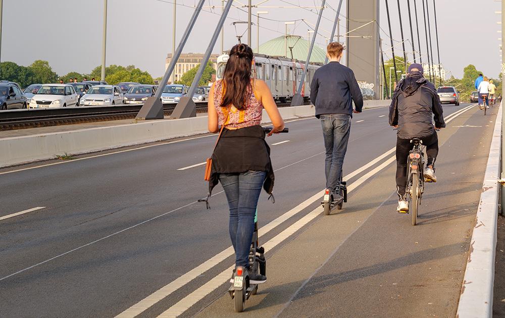 Trottinette, vélo, tramway, voiture électrique, les modes de déplacements non polluants sont de plus en plus utilisés dans les grandes métropoles (photo d'archive Adobe Stock)