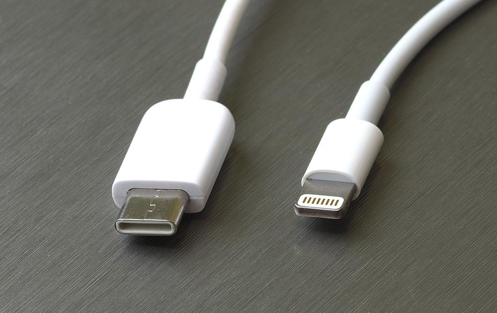 la prise usb-c vs la prise Lightning d'Apple (photo Adobe Stock)
